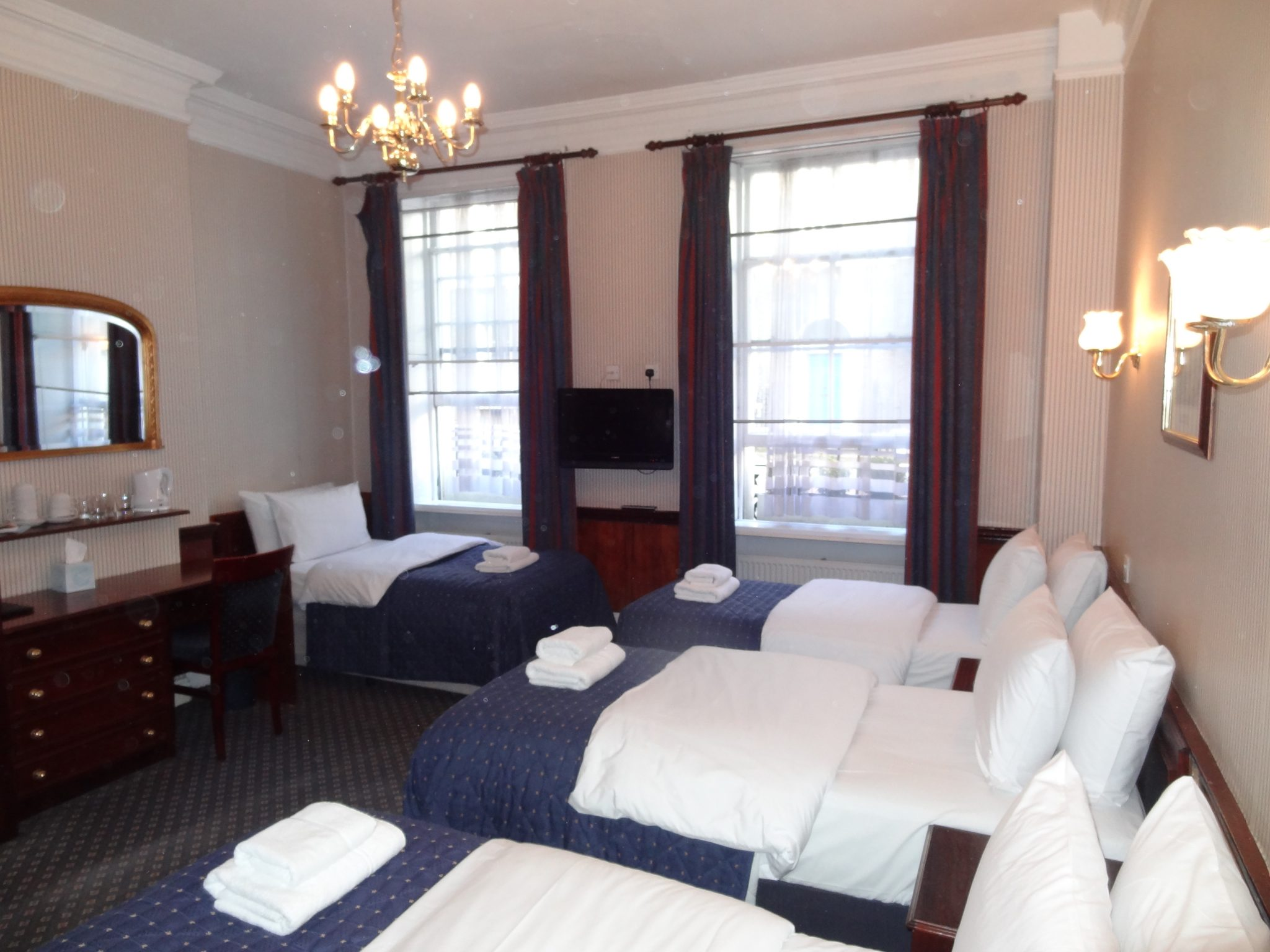 Best family hotel rooms london uk affordable family for Family room accommodation